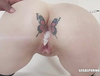 Babe likes big cock in her tight ass